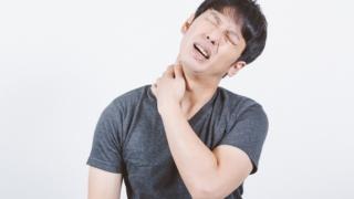 首と肩甲骨の痛み